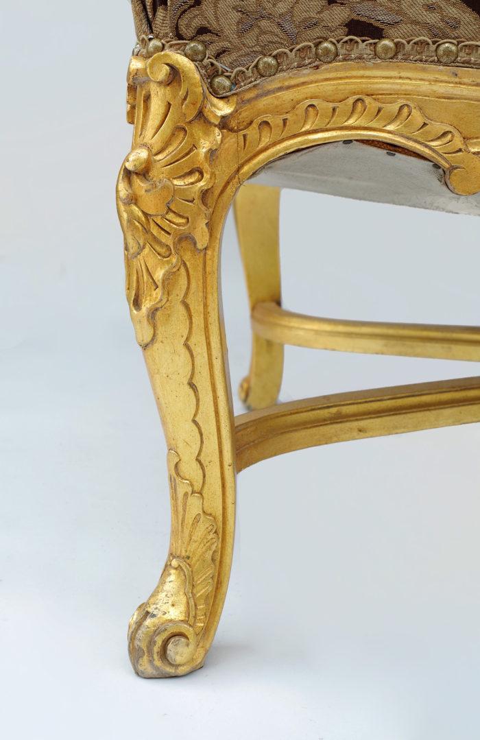 Paire fauteuils régence doré détail