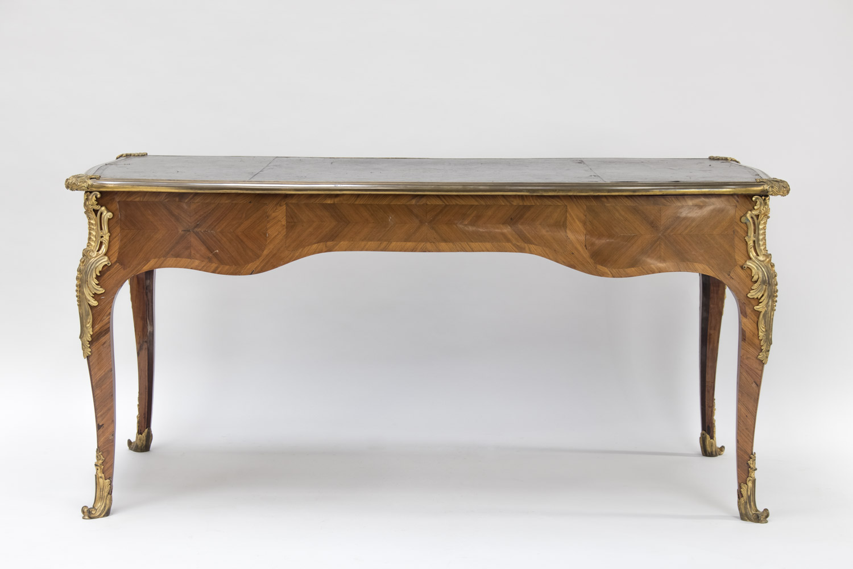 Grand bureau plat de style louis xv en bois de rose fin du