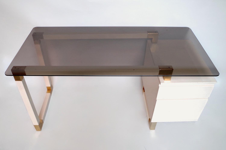 Bureau à caisson laqué blanc verre fumé style pierre cardin