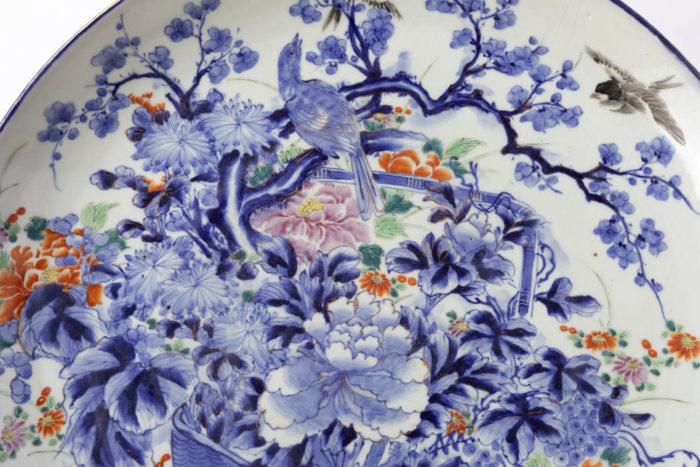 plat bleu blanc porcelaine fleurs oiseau