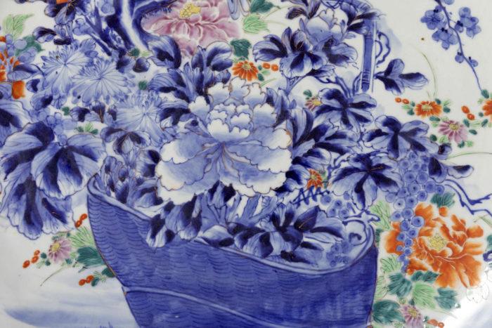 plat porcelaine blanc bleu fleurs detail