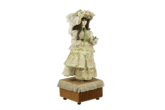 poupée automate boîte à musique 2