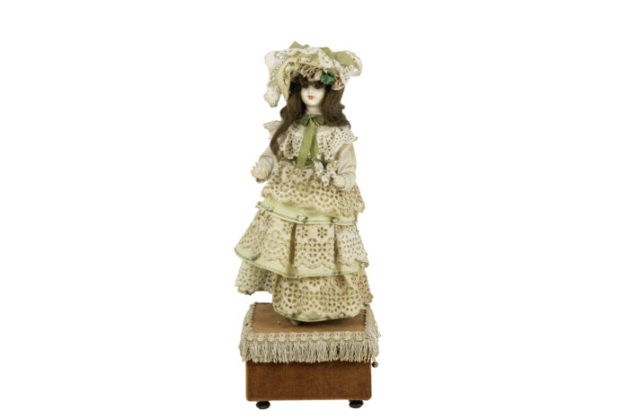 poupée automate boîte à musique