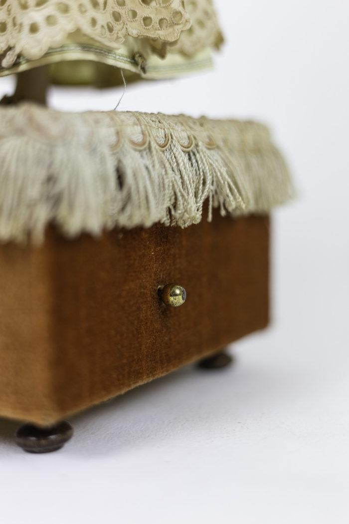poupée automate boîte à musique boutton