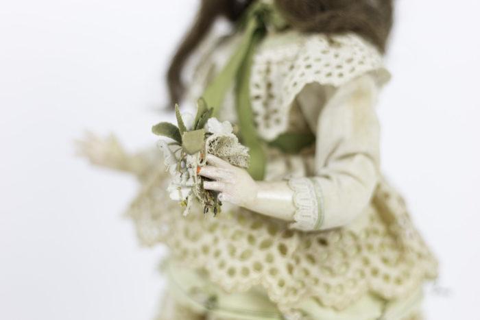 poupée automate boîte à musique bras détail