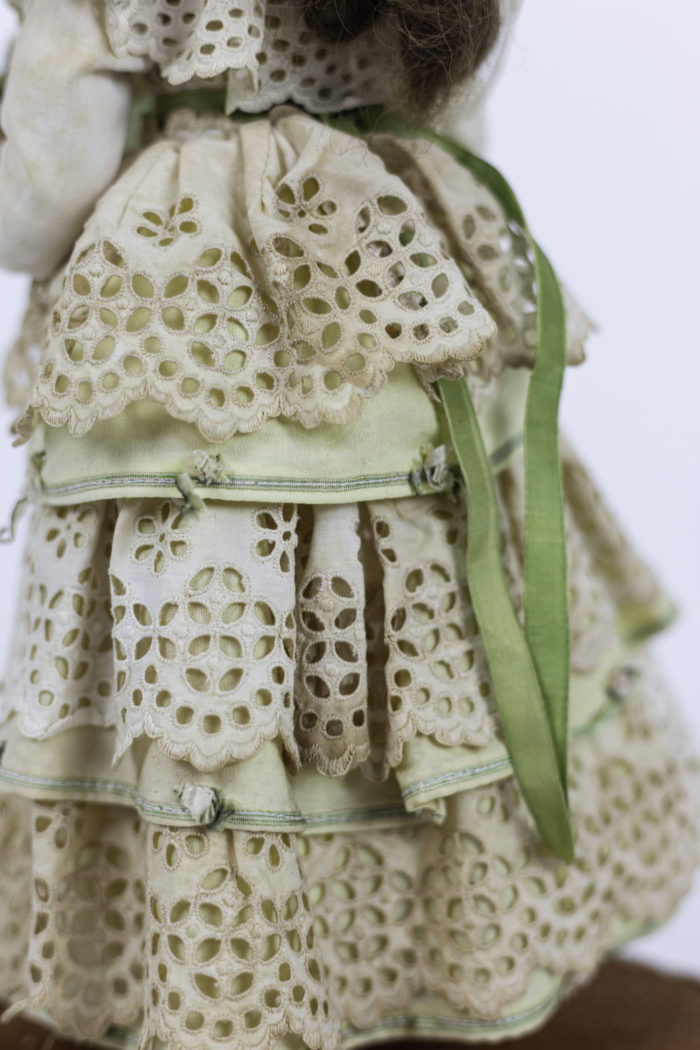 poupée automate boîte à musique détail robe