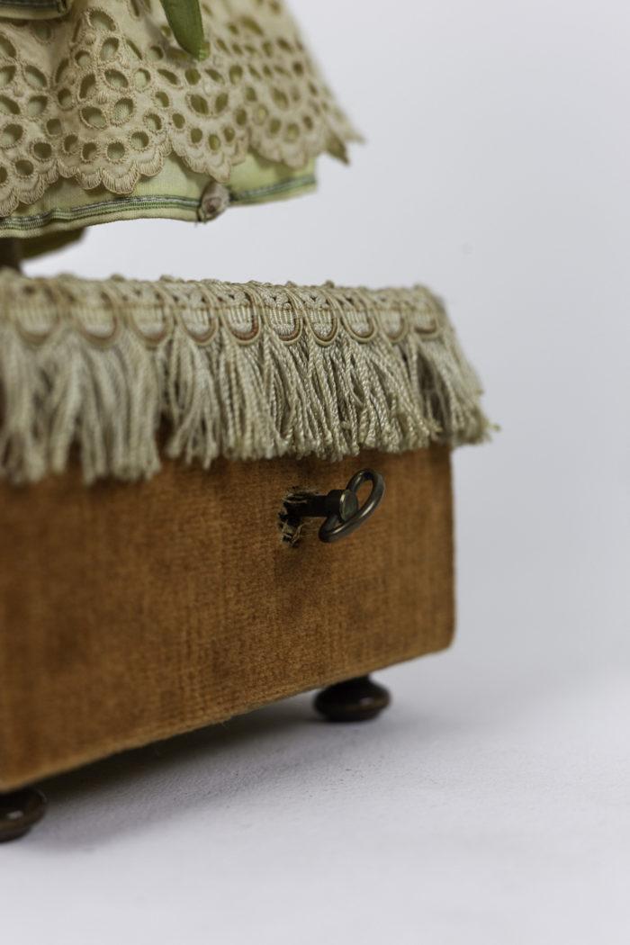 poupée automate boîte à musique mécanisme