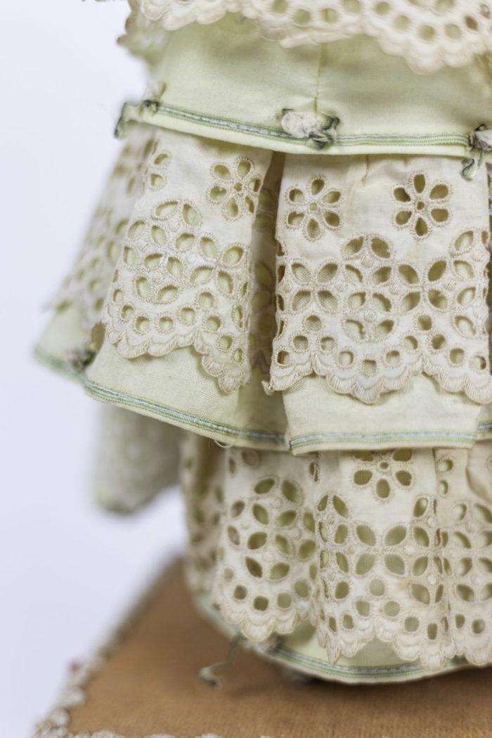 poupée automate boîte à musique robe détail
