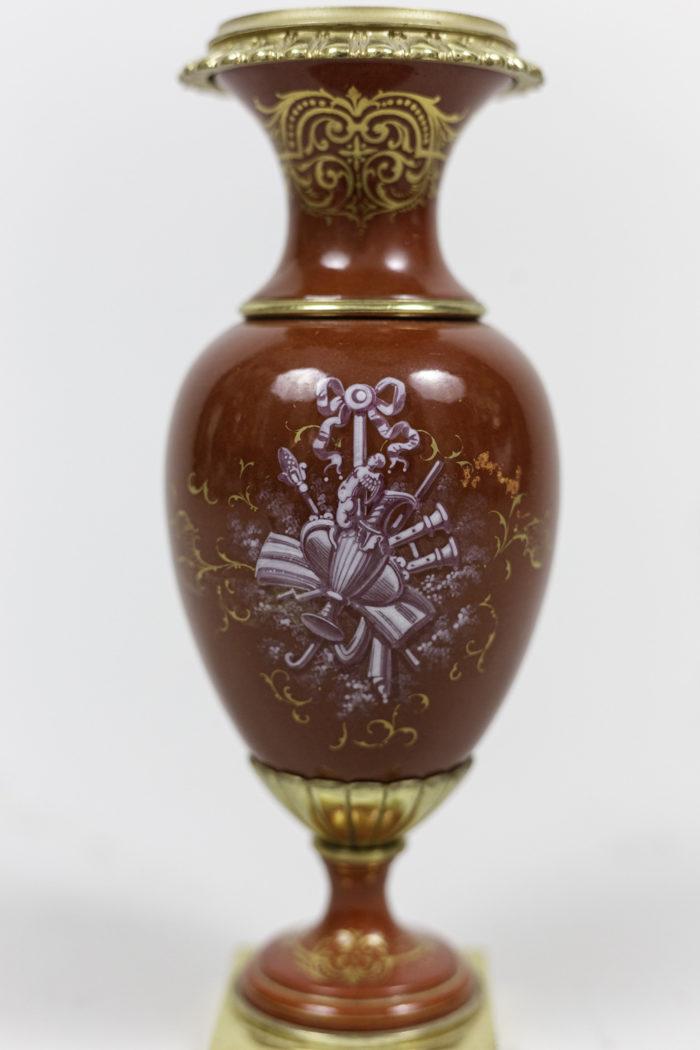 vases porcelaine rouge décor trophée