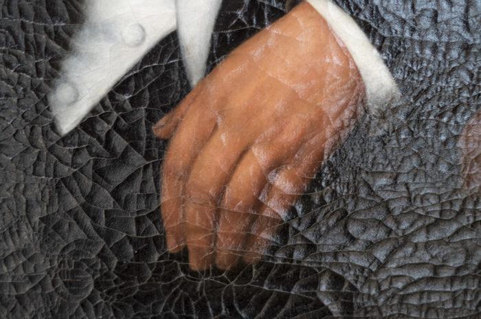 huile sur toile portrait homme assis main