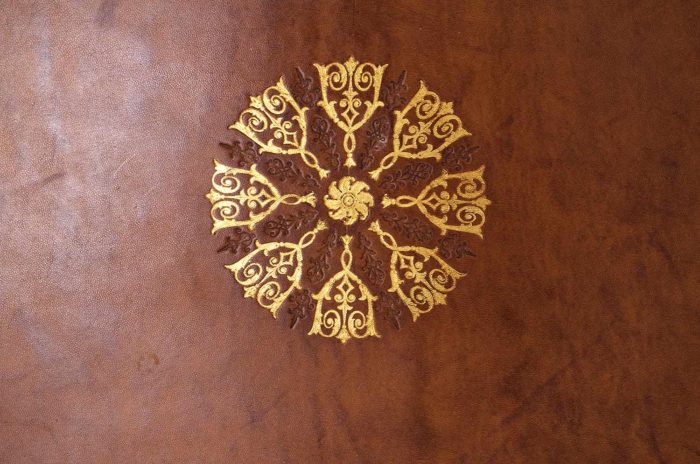 gueridon-louis-xv-sormani-cuir-detail
