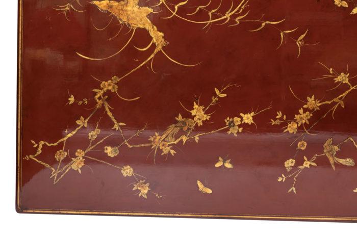 table basse laquée rouge angle détail fleurs