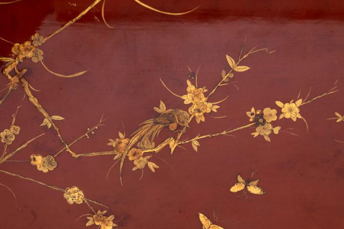 table basse laquée rouge détail oiseau branche fleurie