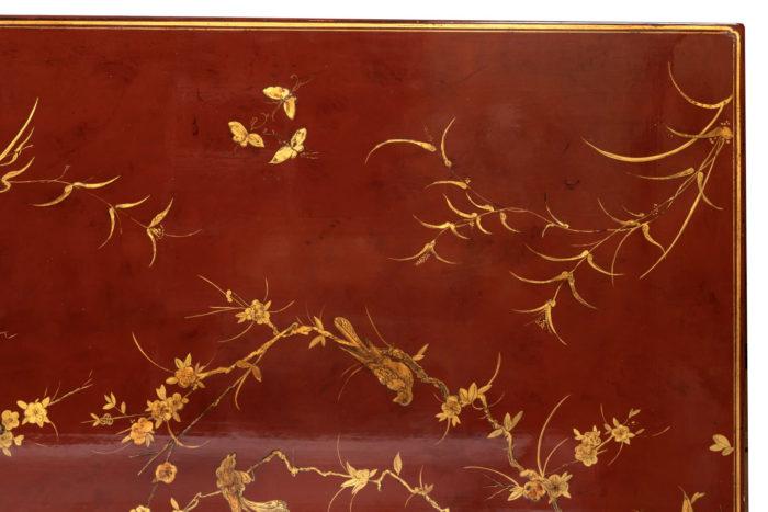 table basse laquée rouge détail plateaul fleurs feuilles papillons