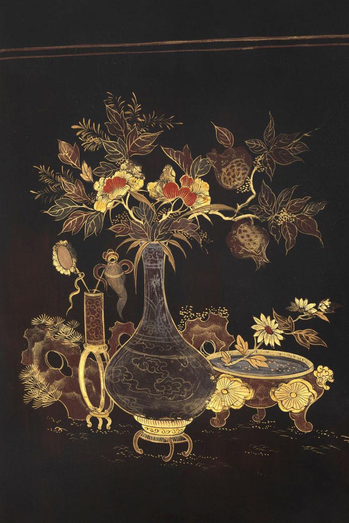 détail laque fond aubergine vases fleurs