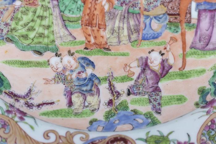 plat porcelaine famille rose enfants jouant
