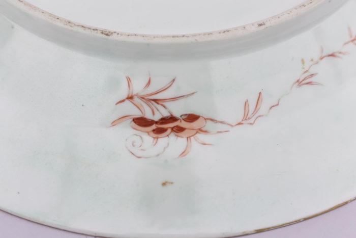 plat porcelaine famille rose motif dos rouge