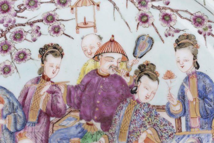 plat porcelaine famille rose personnages adultes