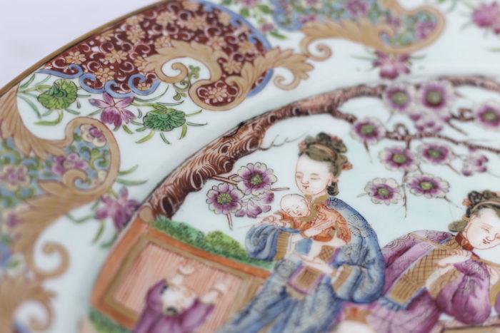 plat porcelaine famille rose bord fleurs et femme
