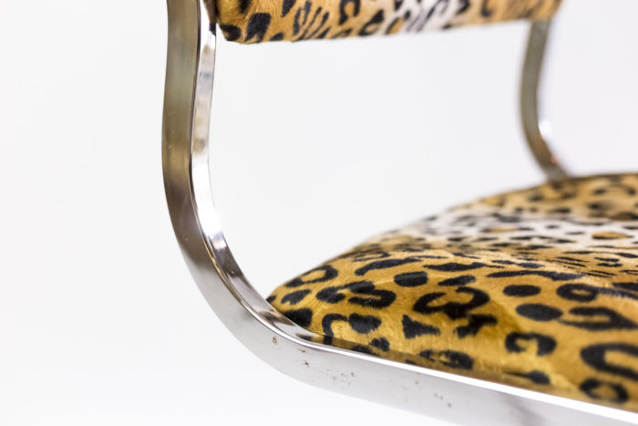 chaise métal tissu guépard courbe assise