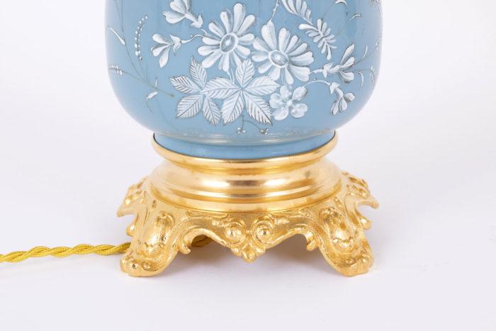 lampe porcelaine bleue émaux blancs base bronze doré