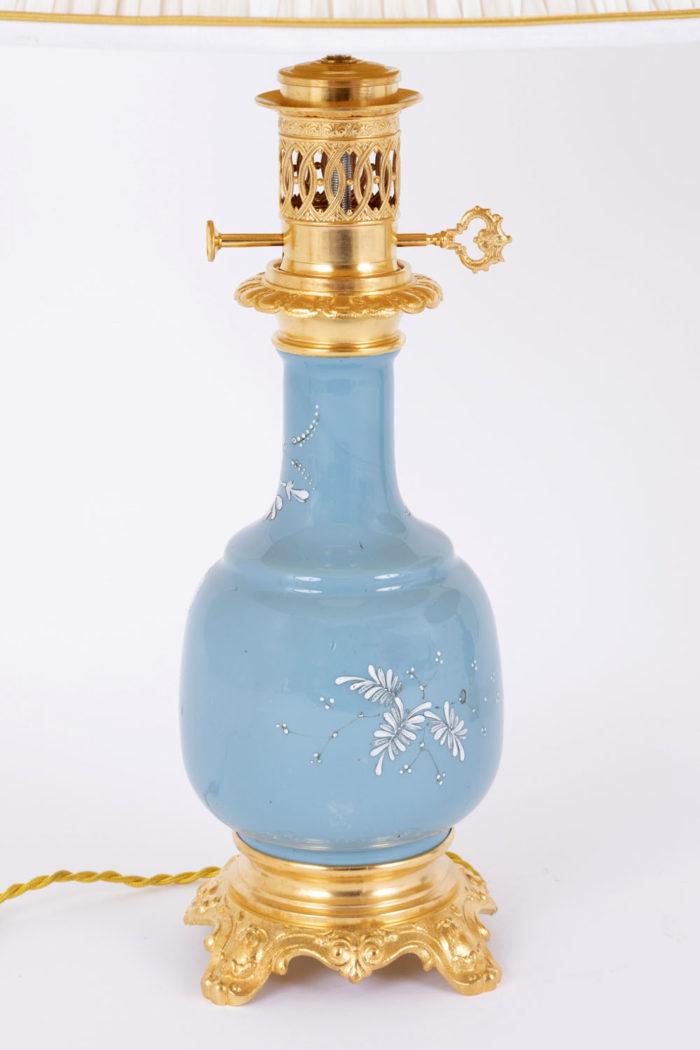 lampe porcelaine bleue émaux blancs fleurs