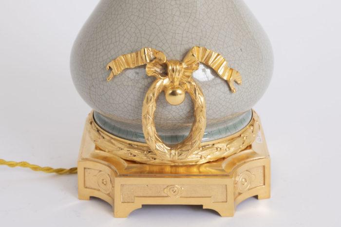 lampe porcelaine craquelée anse couronne laurier noeud