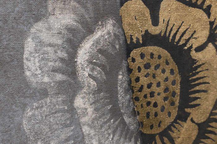 toile portrait femme renaissance détail fleur dorée et grise