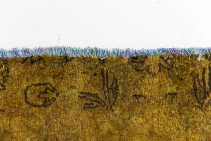 tapis persan travail contemporain ocre et bleu bord