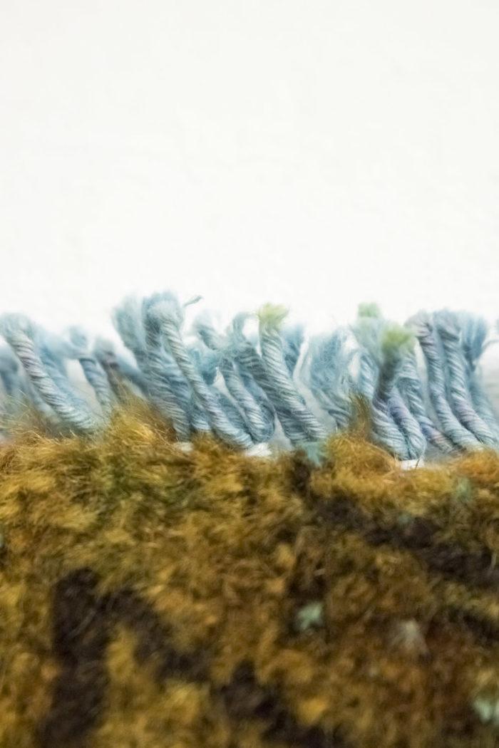 tapis persan travail contemporain ocre et bleu bord detail