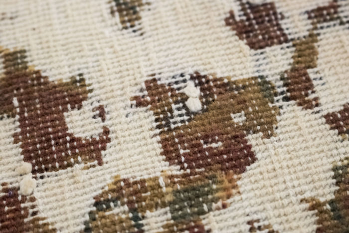 tapis persan travail contemporain ocre et creme détail 3