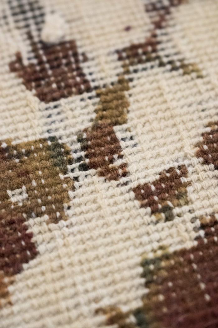 tapis persan travail contemporain ocre et creme détail 4