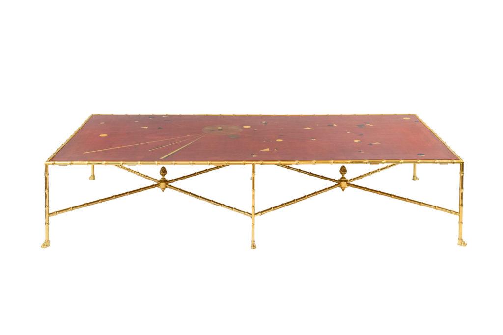 Table basse en laque rouge et laiton doré, travail contemporain