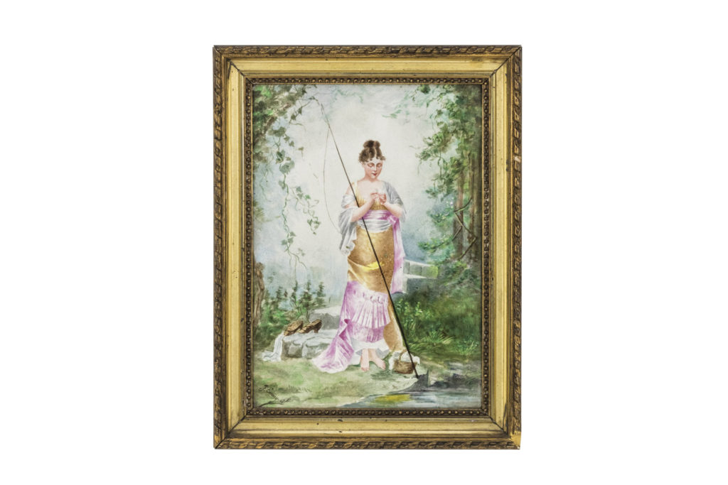 Plaque en porcelaine peinte figurant une pêcheuse, XIXe siècle