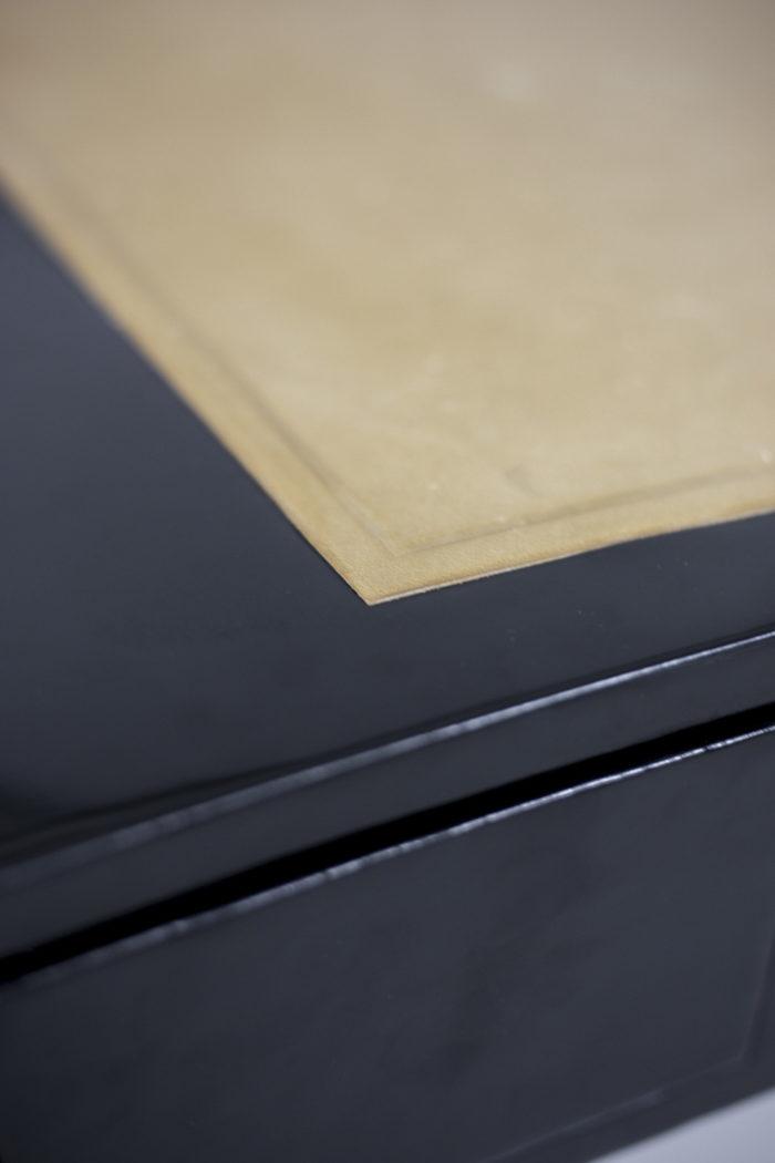 bureau bois laqué noir cuir crème dessus