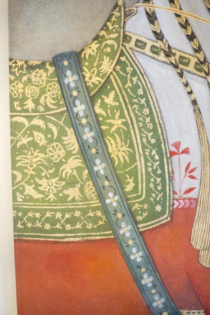 toile cheval tapis vert doré