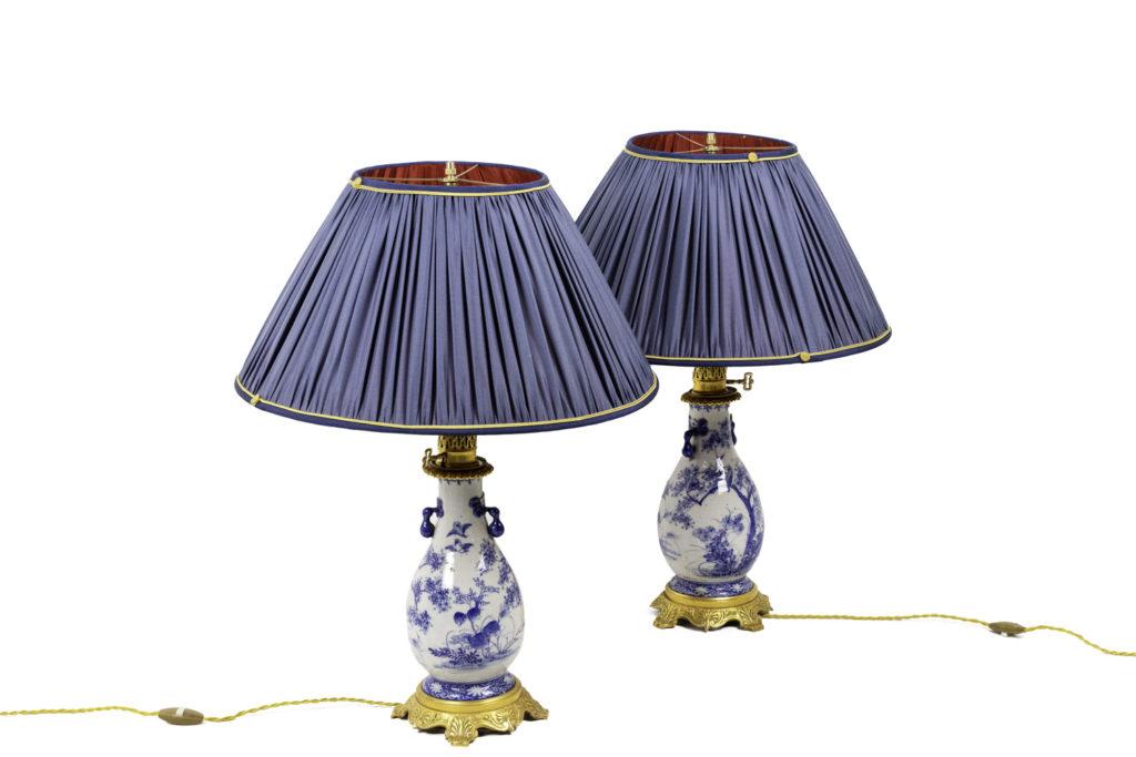 Paire de lampes en faïence bleu blanc et bronze doré, circa 1880