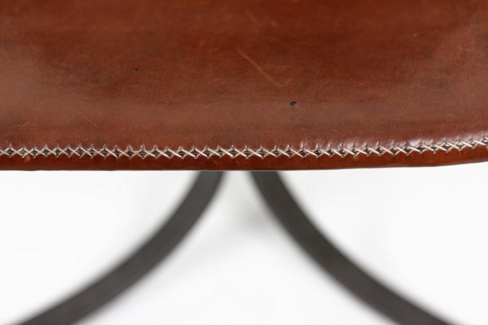 sol&luna chaise cuir rouge métal couture
