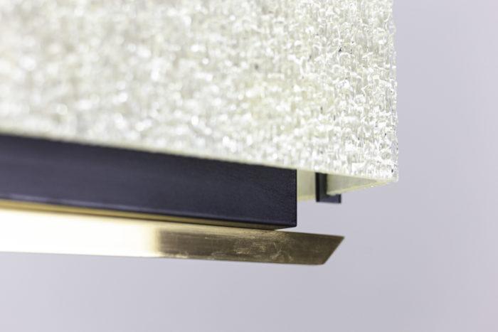 suspension résine granitée laiton doré métal noir détail