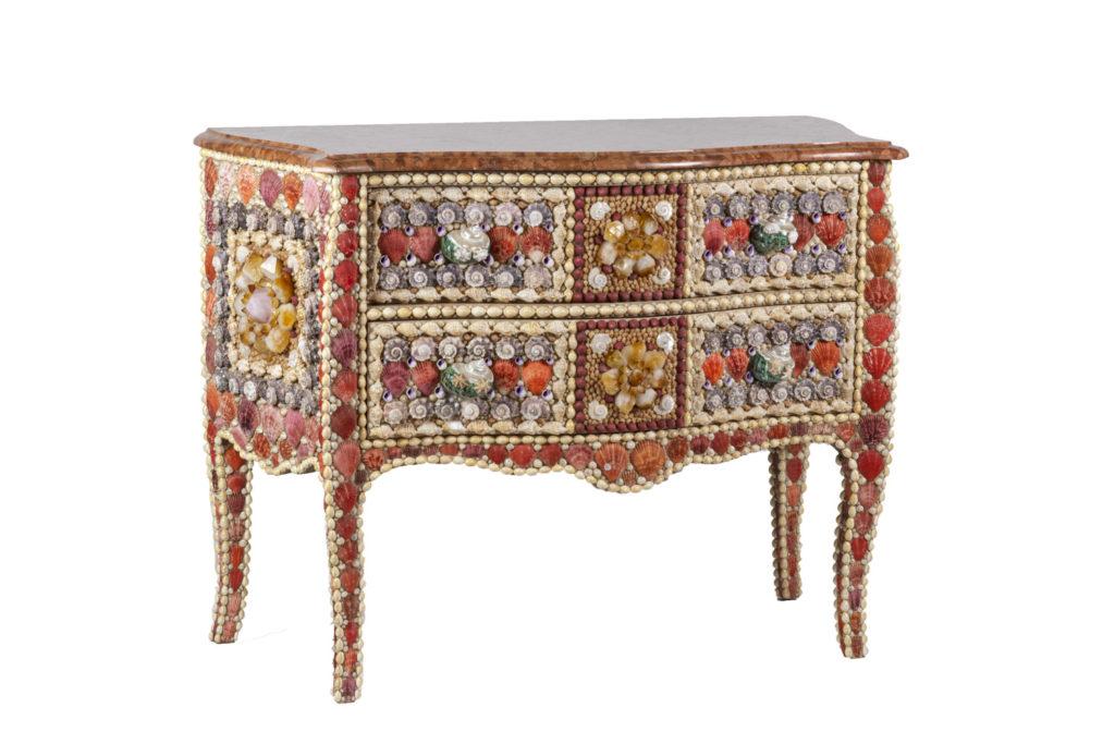 Commode style Louis XV en coquillages et quartz, travail contemporain