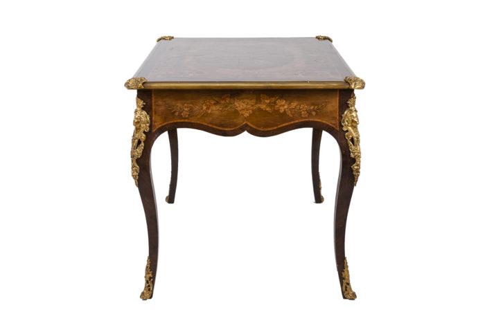 Bureau marquété style Louis XV profil