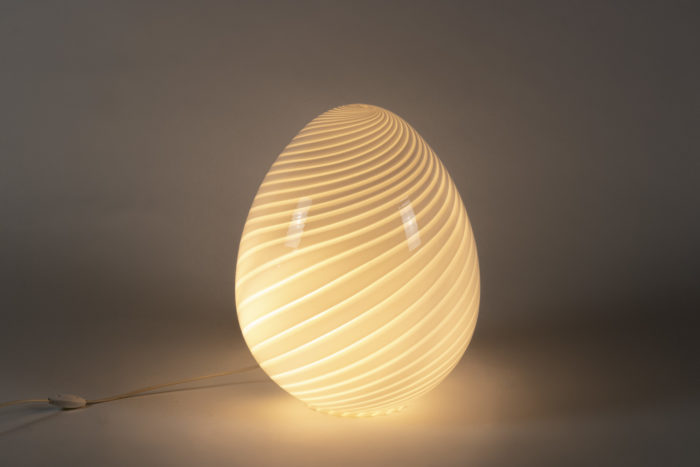Lampe œuf allumée fond noir