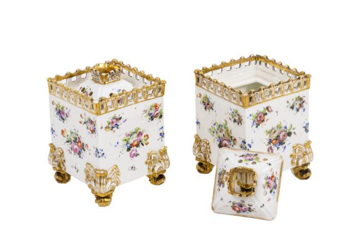 Paire flacons carrés en porcelaine trois quarts ouverts