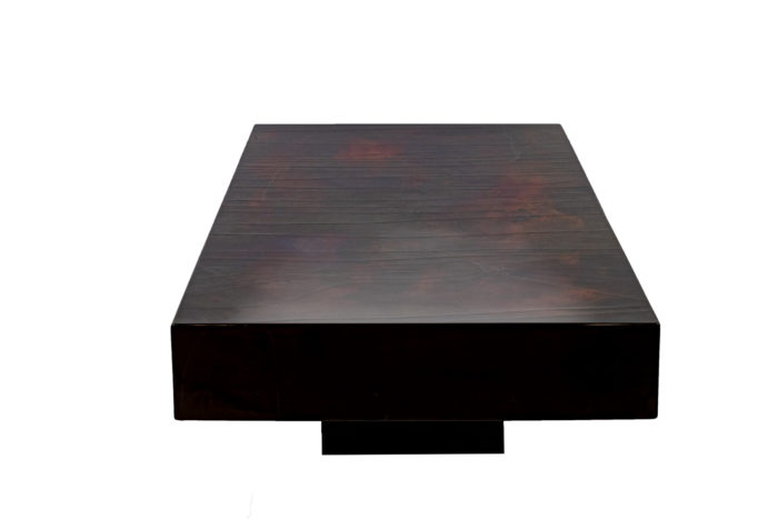 Table basse laque rouge-noir profil