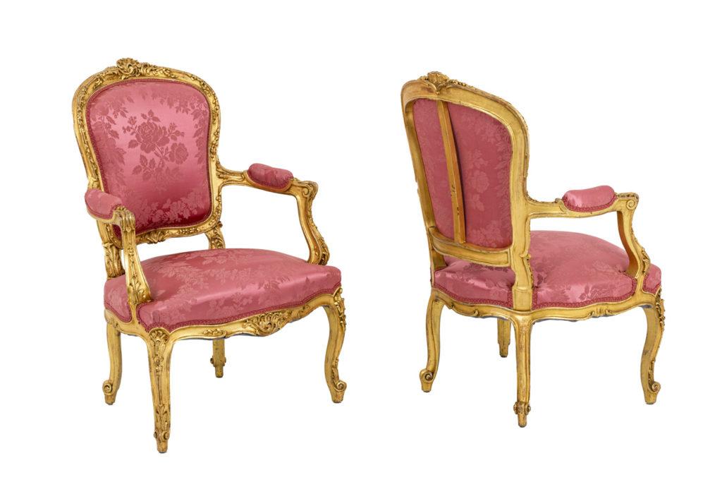 Paire de fauteuils cabriolets style Louis XV en bois doré, circa 1880
