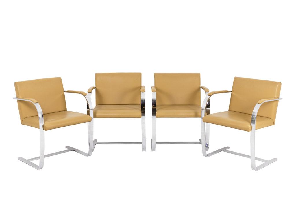 Série de quatre fauteuils en acier chromé et cuir, années 1970.