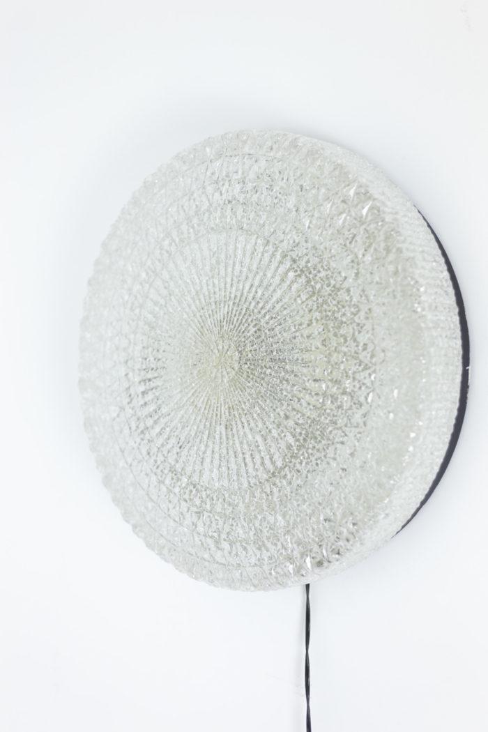 Appliques rondes en fer laqué noir et lucite granitée, détails 1