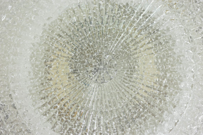Appliques rondes en fer laqué noir et lucite granitée, détails