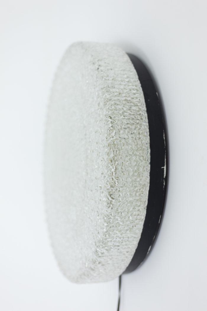 Appliques rondes en fer laqué noir et lucite granitée, vue de profil