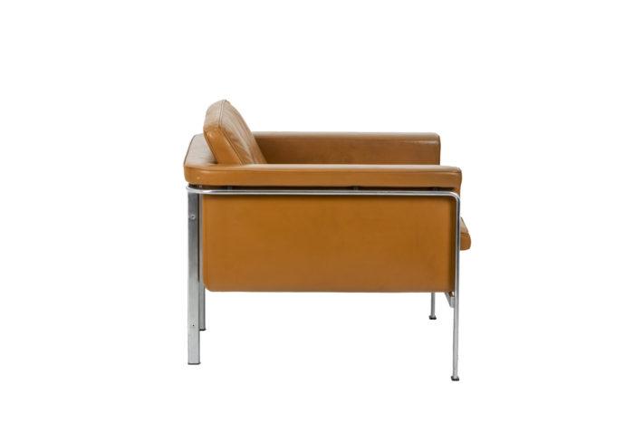 Horst Brüning, Fauteuil en cuir orange, de profil